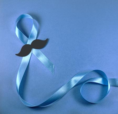 파란색 배경에 콧수염과 전립선 암 인식 리본