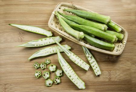 Okra auf Holz Hintergrund. Überblick. Grünes Gemüse. Standard-Bild