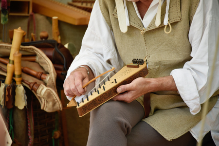 played: Psaltery being played