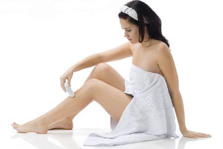 schattig en jonge brunette uitslachten witte handdoek scheren haar benen