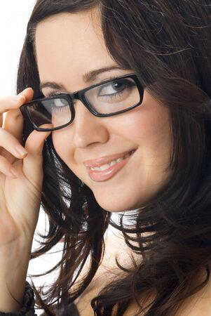 een mooi portret van jongeren en echt schattige brunette met zwarte bril