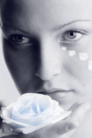 cara pintada: Hermoso retrato en blanco y negro de una ni�a mirando dulcemente con la cara pintada y una rosa en su mano