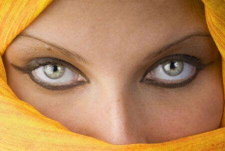 fille arabe: Attactive ferme les yeux et derri�re un foulard orange utilis� comme une burka  Banque d'images