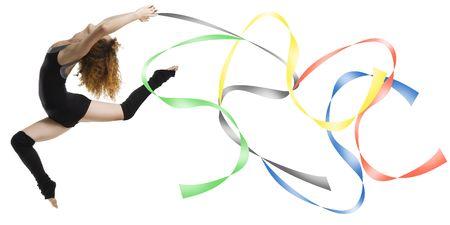 acrobacia: Bailar�n con un moderno vestido negro saltando con cuerdas de colores ol�mpicos color  Foto de archivo
