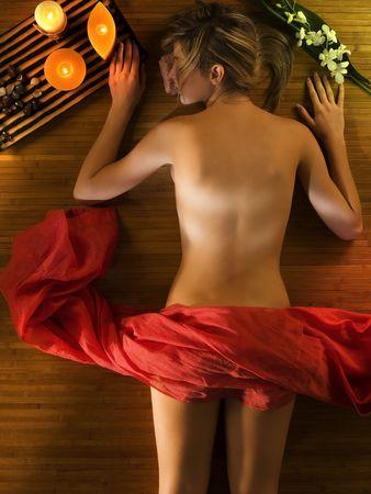 salud sexual: cute relax mujer a s� misma en un spa con una c�lida luz en torno a