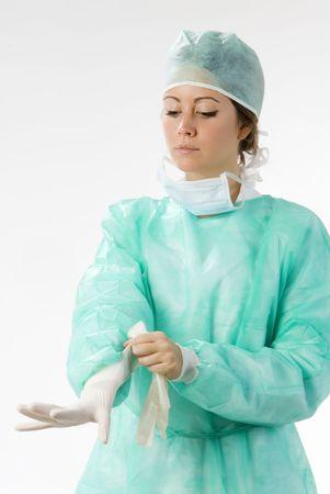 guanti infermiera: uno assistente per la sua messa guanti prima che l 'operazione