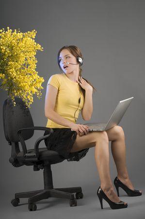 belles jambes: gentil employ� de bureau comme la recherche mimosa pr�sente avec une surprise Banque d'images