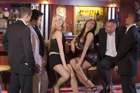 curare teneramente: un gruppo di giovani seduta vicino al bar all'interno di un night-club LANG_EVOIMAGES