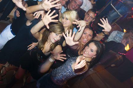 club: gruppo di giovani e godendo di danza all'interno di un night-club
