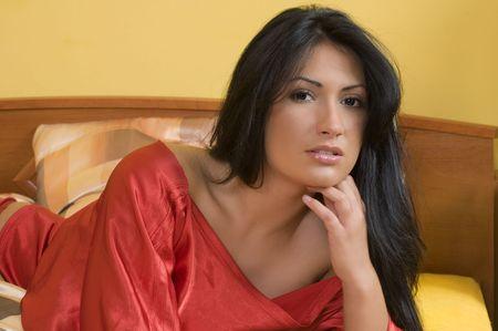 Nizza Porträt einer jungen und schönen Brünette mit schwarzen Haaren und schwarzen Augen