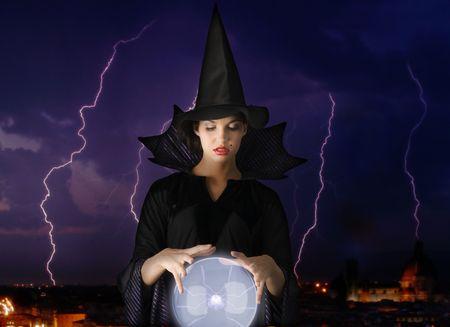 evil girl: strega magica con sfera di cristallo e fulmini in background