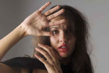 panique: jeune femme en acte pour se d�fendre de quelqu'un frappant � sa