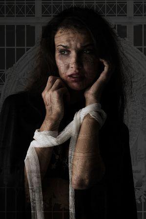 vrouw met pleister rond haar armen zichtbaar in paniek