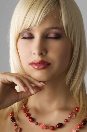 linda chica rubia con glamour enrasar con collar rojo Foto de archivo - 4083418