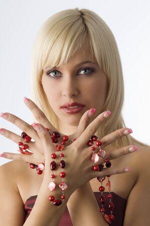 linda chica rubia con glamour enrasar con collar rojo en torno a las manos Foto de archivo - 4083410