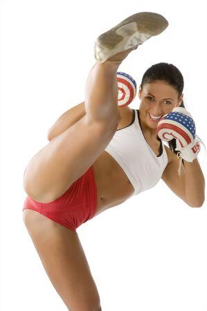 cute brunette avec des gants de boxe usa flag donnant un coup de pied