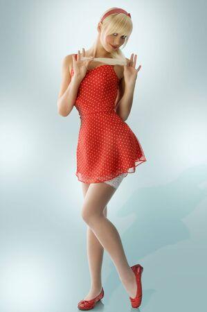 muy rubio pines en vestido rojo y medias blancas, teniendo plantean