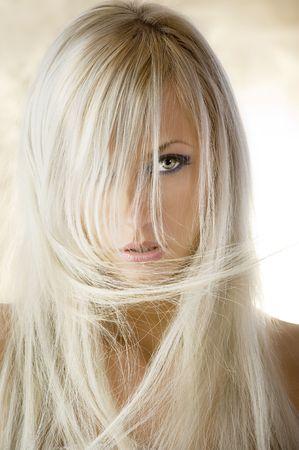 labios sensuales: retrato de una manera bonita chica rubia con el pelo largo sobre fondo amarillo