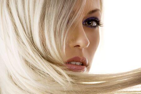 poses de modelos: close_up de la cara de la chica linda con cabello rubio largo mirando la c�mara