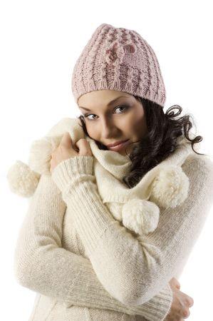 fille pull: Nice jeune femme brune avec un pull blanc et chapeau rose dans une photo de studio sur fond blanc