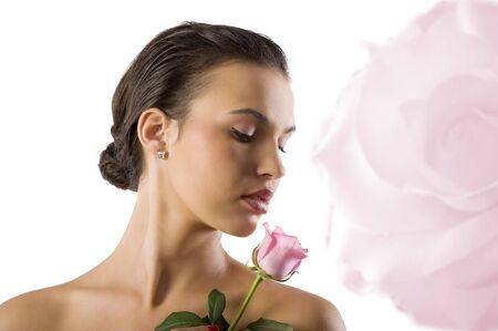 labios sensuales: Close up retrato de una morena de ni�a bonita buscando una rosa rosa