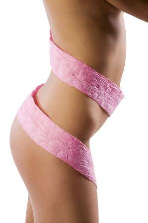 deel van naakte lichaam van dunne vrouw met sommige roze sjaal papier rond de hoofdtekst
