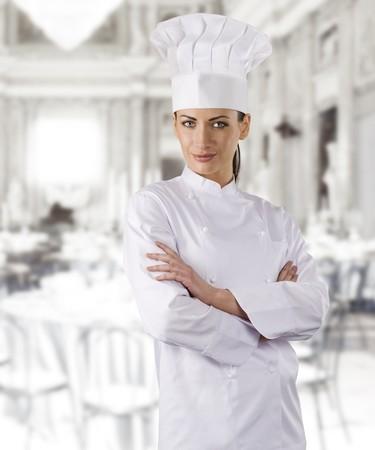 sierlijke meisje gekleed als een kok met dop over witte kronkelen
