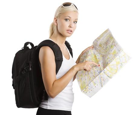 jonge mooie student meisje in vakantie op zoek naar plek op de kaart met rugzak Stockfoto
