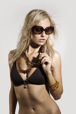 beach babe: ragazza bionda con estate cappello e occhiali da sole in posa e bere  Archivio Fotografico