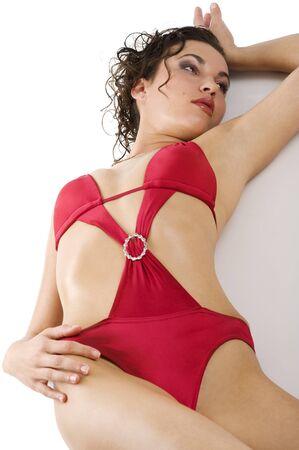 sensual mujer Morena con estilo rojo sexy de traje de ba�o y el cabello que se establecen en suelo blanco  Foto de archivo - 7412219