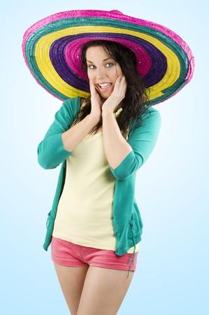 sombrero: jonge en mooie brunette vrouw met gekleurde kleding en een grote hoed vol gekleurd