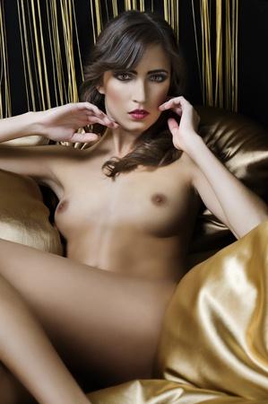 moda sensual disparo de una chica desnuda interiores ponedoras y mostrando su pecho con buena marca y estilo de pelo Foto de archivo - 8392444