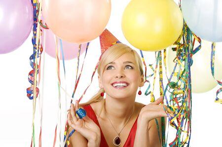 close-up portret vrij blonde vrouw in rode jurk met ballonnen tijdens een feestje over witte glimlachen Stockfoto