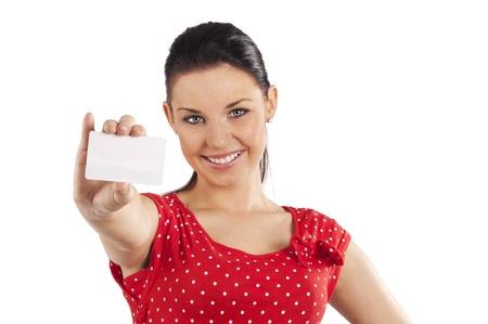 Pretty souriante jeune femme à la robe rouge avec la carte affaires sur fond blanc Banque d'images