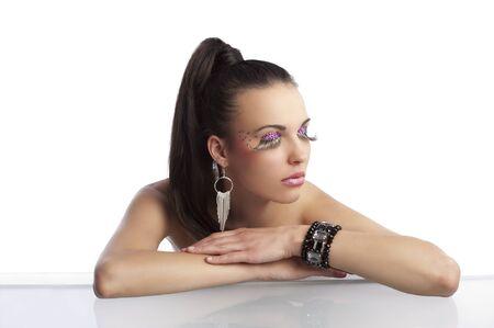 cola mujer: retrato de morena guapa y sensual con la cola de cabello y maquillaje creativo con pestañas largas