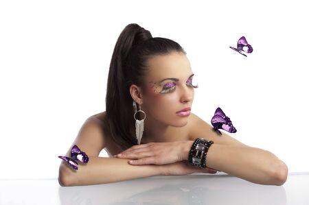 cola mujer: Retrato de Morena guapa y sensual con cola de cabello y creativo conforman con butterflys y largas pestañas