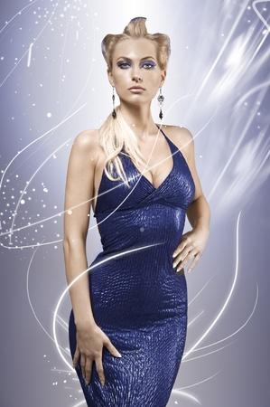 vestido de noche: Retrato de la belleza de una elegante mujer graciosa joven con creatividad maquillaje y el peinado que llevaba un vestido azul eléctrico