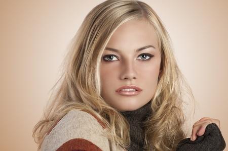 sueter: belleza foto de una chica rubia hermosa con un s� azules y maquillaje natural hasta que llevaba un su�ter de lana de color oto�o Foto de archivo