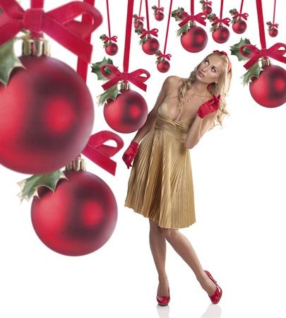bow hair: manera muy hermosa chica con un vestido dorado con zapatos rojos, guantes y un mo�o rojo mirando bolas de navidad