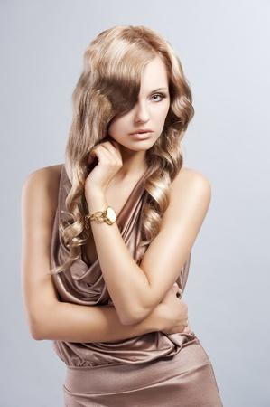mujer elegante: muy atractiva y atractiva joven mujer rubia en traje de seda, elegante y con estilo antiguo de la moda del cabello Foto de archivo