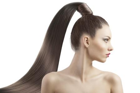 cola mujer: muy atractiva joven morena con el pelo largo y la cola y peinado creativo buscando Lujoso y con orgullo, que está en el perfil y mira a la izquierda