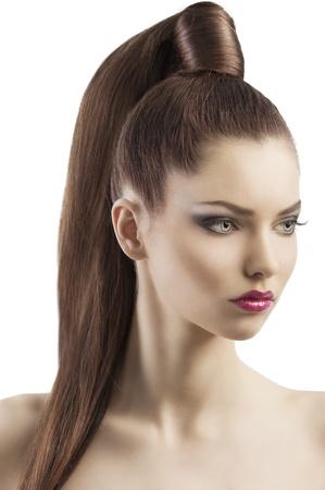 cola mujer: muy atractiva joven morena con el pelo largo y la cola y peinado creativo buscando Lujoso y orgullosa, ella se volvi� de tres cuartos y mira hacia abajo a la izquierda con la expresi�n searius
