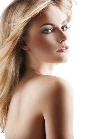 chica sexy: Retrato de la belleza cl�sica de la joven sexy con el pelo peinado y volar contra el viento, ella se volvi� de tres cuartos a la izquierda y mira a la derecha con la boca abierta Ligeramente