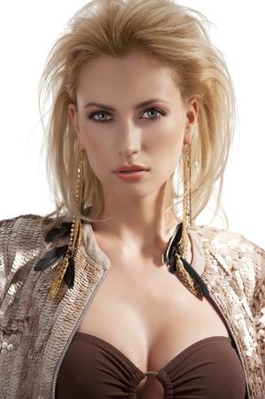 portret van blonde mooie youg vrouw met gouden oorbellen met kapsel en het dragen van een glanzende pailletten jasje Stockfoto