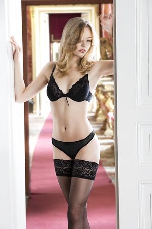 b71ea25e5d3f ... Cubierta rubia chica muy sexy y atractiva con una ropa interior de  bikini y media, teniendo representan cerca de la puerta. ella mira hacia  abajo y sus ...