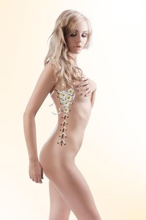 corps femme nue: belle femme sexy dans un plan créatif avec son corps comme un corset ouvert et laisse sortir