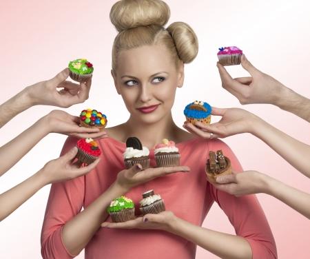 �pastries: Retrato de una mujer rubia con maquillaje divertido y peinado