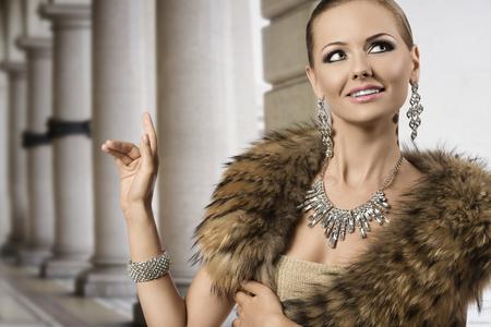 aristocrático: Retrato de moda de mujer feliz aristocr�tica con rubia elegante de estilo de pelo, mant�n de la piel y la joyer�a del diamante brillante Foto de archivo