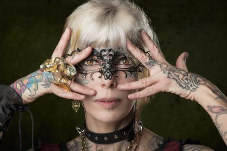 tatouage sexy: close-up portrait de mascarade femme avec de nombreux tatouages, de style gothique et masque de création Banque d'images
