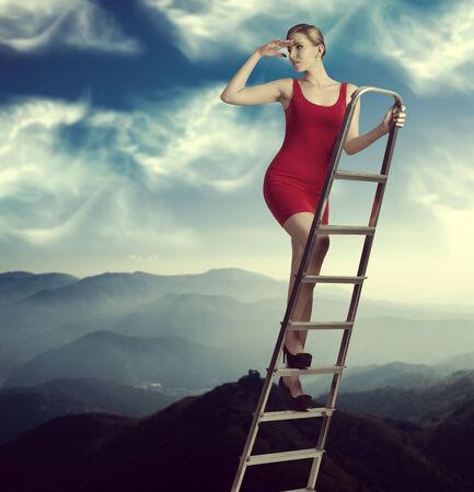lejos: retrato de ensueño de la mujer elegante en una escalera en el cielo